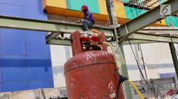 Pekerja membongkar bangunan depan Blok III Pasar Senen di Jakarta, Selasa (27/2). Pembongkaran tersebut merupakan bagian dari revitalisasi Pasar Senen agar lebih modern dan meningkatkan kenyamanan berbelanja bagi pembeli. (Liputan6.com/Immanuel Antonius)