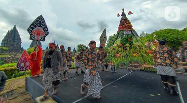 Peserta menampilkan salah satu gunungan saat Festival Gunungan di Lapangan Garuda Mandala Kompleks Candi Prambanan, Kabupaten Klaten, DIY, Selasa (31/12/2019). Festival ini menampilkan aneka gunungan, wayang kulit dan berbagai kesenian tradisional. (Liputan6.com/Gholib)