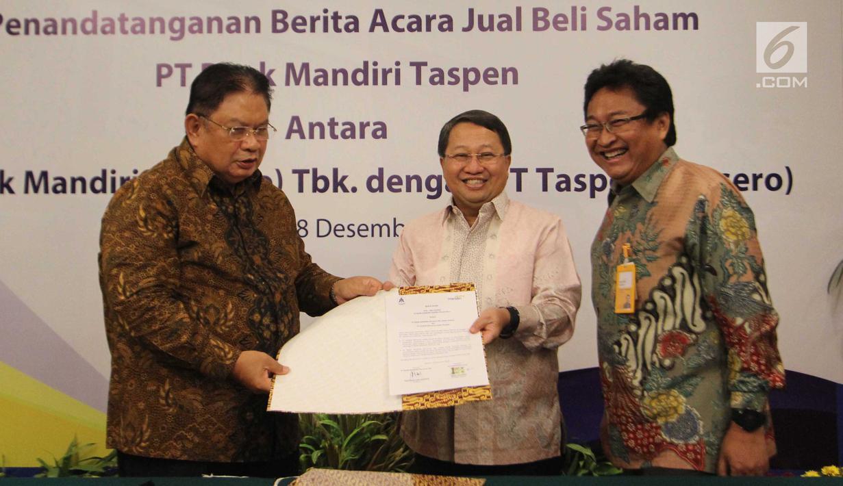 Wadirut Bank Mandiri Sulaiman Arif Arianto (tengah) dan Dirut Taspen Iqbal Latanro (kiri) menunjukkan dokumen penguatan modal Bank Mantap disaksikan Dirut Bank Mantap Josephus Koernianto Triprakoso, Jakarta, Selasa (18/12). (Liputan6.com/Angga Yuniar)