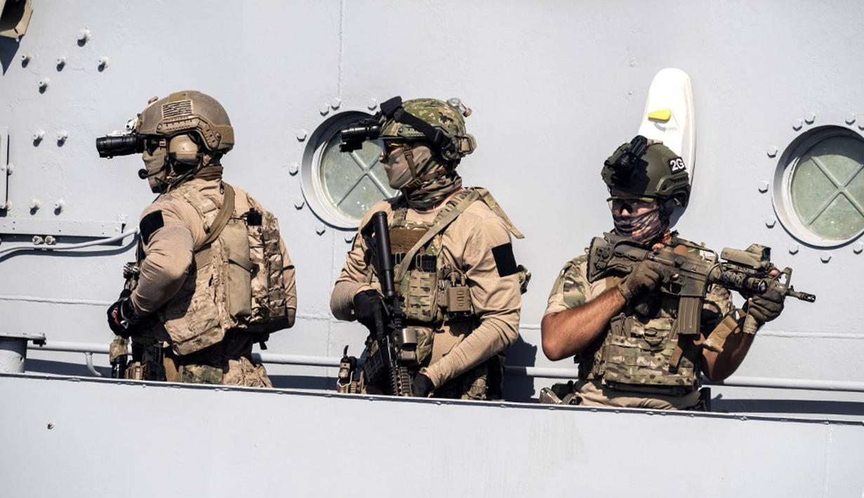 Pasukan khusus Angkatan Laut Siprus dan US Navy SEAL mengambil bagian dalam latihan penyelamatan bersama Amerika Serikat-Siprus di Pelabuhan Limassol, Siprus, Jumat (10/9/2021). (IAKOVOS HATZISTAVROU/AFP)
