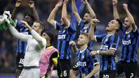 Pemain Inter Milan merayakan kemenangan setelah bertanding melawan Borrusia Dortmund pada pertandingan lanjutan Grup F Liga Champions di stadion San Siro, Italia (23/10/2019). Inter Milan menang 2-0 atas Dortmund. (AP Photo/Luca Bruno)