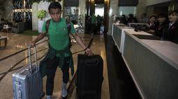 Pemain Timnas Indonesia, Febri Hariyadi, membawa koper saat berada di Hotel Grand Zuri, Jawa Barat, Selasa (6/11). Timnas Indonesia akan berangkat ke Singapura untuk berlaga pada Piala AFF 2018. (Bola.com/Vitalis Yogi Trisna)