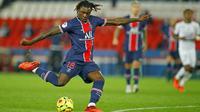 Penyerang Paris Saint-Germain (PSG), Moise Kean, melepaskan tendangan saat melawan Rennes pada laga Liga Prancis di Stadion Parc des Princes, Sabtu (7/11/2020). PSG menang dengan skor 3-0. (AP/Christophe Ena)