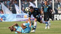 Kiper Persipura, Panggih Prio Sembodho menyelamatkan bola pada laga kontra PSIS Semarang, Sabtu (1/12/2018) di Stadion M. Soebroto, Magelang. (Bola.com/Vincentius Atmaja)