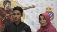 Pesepak bola Indonesia, Evan Dimas, didampingi ibunya, Ana Darmono saat jumpa pers di Kantor Kemenpora. Sang ibunda dengan setia menemani putra sulungnya yang akan merantau ke negeri matador. (Bola.com/Vitalis Yogi Trisna)