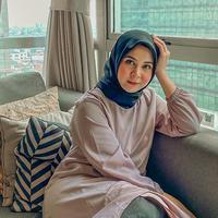 Kini dalam berbagai kesempatan, Kesha Ratuliu pun mantap mengenakan hijab. Penggunaan hijabnya pun juga sangat kekinian dimana gaya seperti ini memang sedang menjadi trend di kalangan wanita muda. (Liputan6.com/IG/@kesharatuliu05)