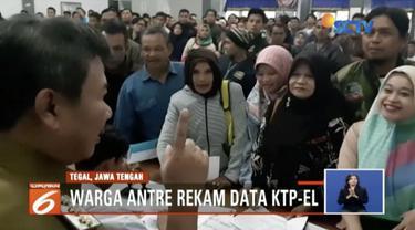 Warga Tegal, Jawa Tengah, antre rekam data KTP Elektronik mengingat Pilkada serentak tinggal dua hari lagi.