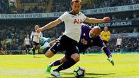 Kiper Watford, Heurelho Gomes, berusaha menghalau tendangan striker Tottenham Hotspur, Harry Kane di Stadion White Hart Lane, Sabutu (8/04/2017). Harry Kane menjadi top skorer Premier League setelah mencetak 29 gol. (EPA/Sean Dempsey)
