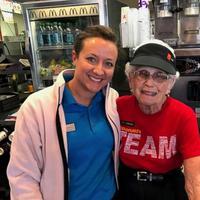 Di usianya yang sudah menginjak 94 tahun, nenek ini masih tercatat sebagai pegawai di sebuah restoran cepat saji. (Katie Kenworthy/McDonalds Evansville)
