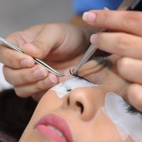Ilustrasi memasang bulu mata palsu. (Sumber foto: Daniel Kampua/Bintang.com)