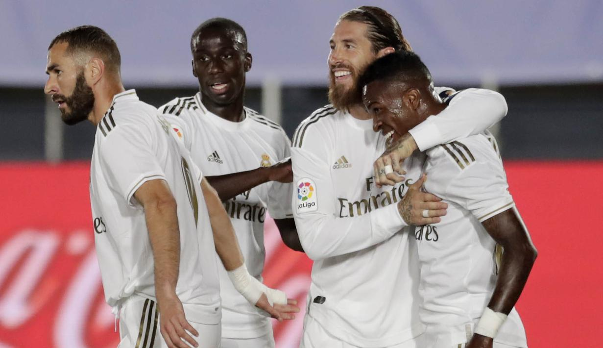 Para pemain Real Madrid merayakan gol yang dicetak oleh Vinicius Junior ke gawang Real Mallorca pada laga La Liga di Stadion Alfredo Di Stefano, Kamis (25/6/2020). Real Madrid menang 2-0 atas Real Mallorca. (AP/Bernat Armangue)