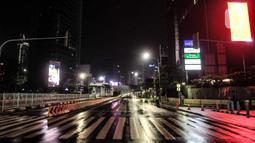 Suasana sepi di sekitar Bundara HI, Jalan MH Thamrin, Jakarta, Kamis (31/12/2020). Berbeda dengan tahun sebelumnya, kawasan di sepanjang Jalan MH Thamrin-Sudirman sepi aktivitas perayaan malam Tahun Baru. (merdeka.com/Iqbal S. Nugroho)