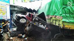 Truk tronton menabrak sejumlah kendaraan di depan RSU Muhammadiyah Siti Aminah Bumiayu, Brebes, Jawa Tengah, Senin (10/12). Kecelakaan ini mengakibatkan empat orang tewas. (Liputan6.com/Fajar Eko Nugroho)
