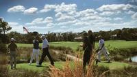 Donald Trump (bertopi putih dan berkaos putih) tengah bermain golf bersama dengan PM Jepang Shinzo Abe (Twitter/@realDonaldTrump)