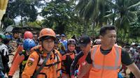 Nampak regu tim Basarnas Jawa Barat tengah sibuk menolong para jenazah korban tsunami Selat Sunda (Liputan6.com/Jayadi Supriadin)
