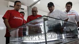 Gubernur DKI Jakarta, Anis Baswedan, melihat maket saat peresmian pembangunan stadion baru Jakarta International Stadium di Jakarta, Kamis (14/3). Stadion berkapasitas 82.000 kursi tersebut ditargetkan selesai pada tahun 2021. (Bola.com/M. Iqbal Ichsan)