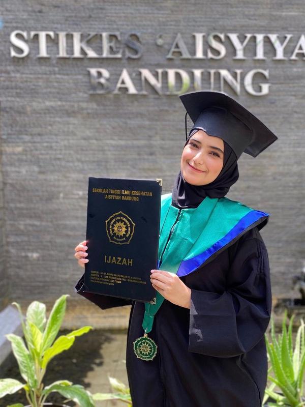 Momen Wisuda Nadya Mustika Rahayu (Sumber: Instagram//nadyamustikarahayu)