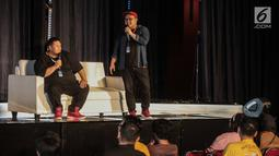 Komika Isman HS (kanan) dan Mo Sidik saat tampil dalam Stand Up for Dummies di Jakarta International Comedy Festival (JICOMFEST) 2019, JIExpo Kemayoran, Jakarta, Minggu (4/8/2019). JICOMFEST 2019 menampilkan komedian dengan berbagai kategori. (Liputan.com/Faizal Fanani)