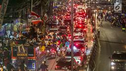 Kemacetan terjadi saat warga konvoi menggunakan bus untuk merayakan malam takbiran menyambut Hari Raya Idul Fitri 2019 di kawasan Tanah Abang, Jakarta, Selasa (4/6/2019). Pemerintah menetapkan Hari Raya Idul Fitri 1440 Hijriah jatuh pada hari Rabu 5 Juni 2019. (Liputan6.com/Faizal Fanani)
