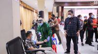 Pelaksana Tugas (Plt) Wali Kota Surabaya Whisnu Sakti Buana melihat acara donor darah plasma konvalensen. (Dian Kurniawan/Liputan6.com)