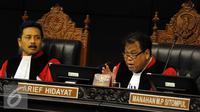 Ketua Mahkamah Konstitusi Arief Hidayat (kanan) saat memimpin sidang sengketa Pilkada 2015, Selasa (12/1/2016). (Liputan6.com/Helmi Afandi)