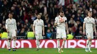 Penyerang Real Madrid Karim Benzema membawa bola usai pemain Ajak Amsterdam mencetak gol pada leg kedua babak 16 besar Liga Champions di Stadion Santiago Bernabeu, Madrid, Spanyol, Selasa (5/3). Ajax membantai Madrid 4-1.  (AP Photo/Manu Fernandez)