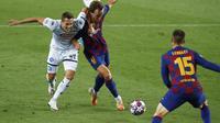 Penyerang Napoli, Arkadiusz Milik berebut bola dengan gelandang Barcelona, Ivan Rakitic pada leg kedua babak 16 besar Liga Champions di Stadion Camp Nou , Spanyol, Sabtu (8/82020). Barcelona menang 3-1 atas Napoli dan melaju ke perempat final dengan aggregat skor 4-1. (AP Photo/Joan Monfort)