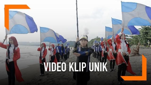 Ines Balladiva membuat video klip terbaru bertajuk 'Selow Selow Aja'. Dibuat pada sebuah sekolah di Sukabumi dan memiliki pesan bagi para pelajar.