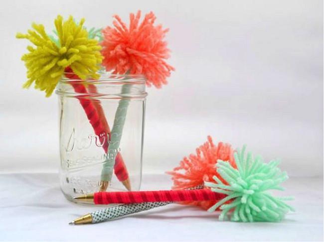 Cara mudah untuk membuat Anda lebih bersemangat dalam bekerja, simak enam cara mudah membuat meja kerja Anda lebih berwarna.  (Foto: Themuse.com)