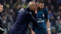 Pelatih Real Madrid Zinedine Zidane memberi arahan kepada Karim Benzema saat melawan Juventus dalam pertandingan Liga Champions di stadion Allianz, Turin (3/4). Real Madrid menang 3-0 atas Juventus. (AP/Luca Bruno)