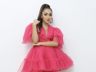 Sebagai penyanyi dangdut yang kini masih terus eksis di layar kaca membuat Ayu Ting Ting tentu memerhatikan penampilannya. Tak hanya kostum tetapi juga gaya rambutnya. (Liputan6.com/IG/@ayutingting92)