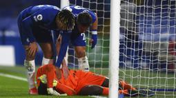 Kiper Chelsea Edouard Mendy cedera saat melawan Chelsea pada pertandinganLiga Inggris di Stadion Stamford Bridge, London, Inggris, Senin (8/3/2021). Chelsea menang 2-0. (Glyn Kirk/Pool via AP)