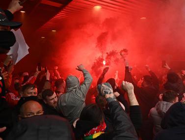 FOTO: Suporter Masuk ke Dalam Stadion Old Trafford, Laga Big Match Manchester United Melwan Liverpool Ditunda