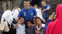 Pemain Islandia berpose dengan anak-anak Indonesia di Candi Prambanan, Senin (8/1/2018). (Bola.com/Ronald Seger Prabowo)