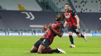 Pemain AC Milan, Fikayo Tomori, melakukan selebrasi usai mencetak gol ke gawang Juventus pada laga Liga Italia di Stadion Allianz, Senin (10/5/2021). AC Milan menang dengan skor 3-0. (Spada/LaPresse via AP)