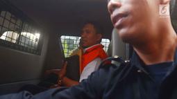 Bupati Bener Meriah Ahmadi berada di dalam mobil tahanan usai menjalani pemeriksaan di KPK, Jakarta, Kamis (5/7). Ahmadi terjaring OTT terkait pemberian suap pengalokasian dan penyaluran dana otonomi daerah khusus Aceh. (Merdeka.com/Imam Buhori)