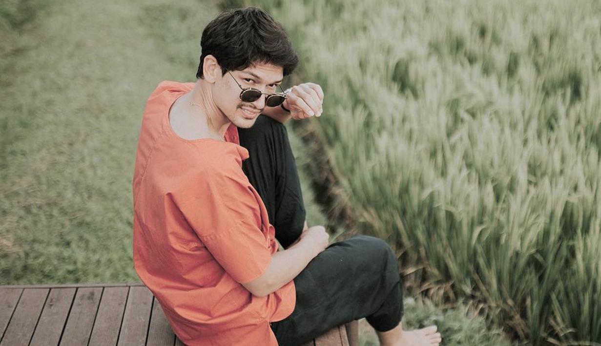 Kacamata menjadi salah satu fashion item yang tak boleh terlewatkan bagi pria 32 tahun ini saat berlibur. Selain melindungi dari sinar matahari, penampilan Dimas Beck dengan kacamata hitam membuatnya terlihat makin menawan.  (Liputan6.com/IG/@dimasbeck)