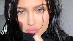 Dalam video yang diunggah oleh Kendall Jenner di Twitter, Kylie Jenner membuka kisahnya yang menjadi korban bully. (instagram/kyliejenner)