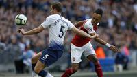 Bek Tottenham, Jan Vertonghen, berebut bola dengan striker Arsenal, Pierre-Emerick Aubameyang, pada laga Premier League di Stadion Wembley, London, Sabtu (2/3). Kedua klub bermain imbang 1-1. (AFP/Daniel Leal-Olivas)