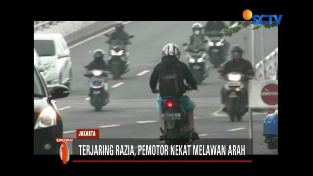 Ditlantas Polda Metro Jaya kembali menggelar razia pajak kendaraan yang kali ini dilakukan di kawasan Kembangan, Jakbar. Pemotor nekat menghindari razia dengan memutar arah.