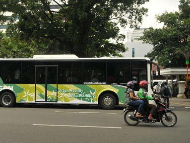 Bus Scania jenis premium Low City Bus saat test drive display bus di Balai Kota DKI Jakarta, Jumat (11/3). Bus Scania jenis premium Low City Bus ini nantinya menjadi standard bus-bus yang ada di Ibu Kota, termasuk Metromini. (Liputan6.com/Gempur M Surya)
