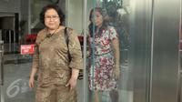Elza Syarief berjalan usai menjalani pemeriksaan di KPK, Jakarta, Senin (17/4). Elza diperiksa sebagai saksi untuk tersangka Miryam S Haryani terkait dugaan pemberian keterangan palsu dalam sidang kasus korupsi e-KTP. (Liputan6.com/Helmi Afandi)