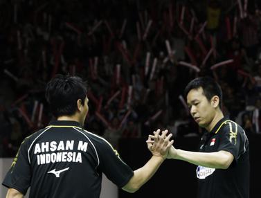 Ganda putra Indonesia, Mohammad Ahsan / Hendra Setiawan, merayakan kemenangan atas ganda China. (Bola.com/Yoppy Renato)
