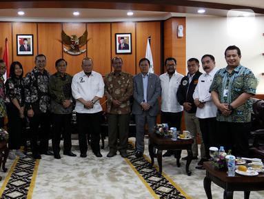 Jajaran SCM Grup foto bersama dengan Ketua DPD RI, La Nyalla Mattalitti usai melakukan audiensi di Nusantara III, Kompleks Parlemen, Senayan, Jakarta, Selasa (29/10/2019). Audiensi tersebut membahas kerjasama antara SCM dan DPD RI. (Liputan6.com/Johan Tallo)