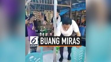 Seorang pria memborong minuman keras atau miras di sebuah warung di Kawasan Wisata Pantai Bira, Bulukumba. Tak cukup sampai di situ, ia kemudian membuang isi dari miras yang dibelinya tersebut. Aksinya ini bahkan dilakukan di depan pemilik warungnya ...