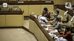 Mendagri Tito Karnavian (kedua kanan) saat rapat kerja dengan Komisi II DPR di Gedung Nusantara, Jakarta, (13/7/2020). Tito meminta kepala daerah yang kembali maju pada Pilkada 2020 atau petahana tidak menggunakan dana Bansos untuk kepentingan pribadi. (Liputan6.com/Johan Tallo)