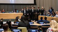 Boyband Korea Selatan, Bangtan Sonyeondan (BTS) berbicara dalam Sidang Umum Perserikatan Bangsa-Bangsa (PBB) di New York, Senin (24/9). Sidang tersebut dilaksanakan dalam rangka kemitraan baru UNICEF, 'Generation Unlimited'. (AFP/Mark GARTEN)