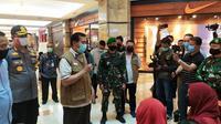 Wali Kota Pekanbaru meninjau operasi sebuah pusat perbelanjaan usai PSBB tidak diperpanjang lagi. (Liputan6.com/M Syukur)