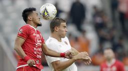 Bek Persija Jakarta, Maman Abdurahman, duel udara dengan striker PSM Makassar, Eero Markkanen, pada laga Liga 1 2019 di SUGBK, Jakarta, Rabu (28/8). Kedua tim bermain imbang 0-0. (Bola.com/M Iqbal Ichsan)