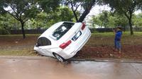 Satu Unit Sedan BMW Hanyut Terbawa Arus Deras Banjir di Perumahan Laverde, Kecamatan Serpong Utara, Kota Tangerang Selatan, Rabu (1/1/2020). (Foto: Pramita Tristiawati/Liputan6.com)
